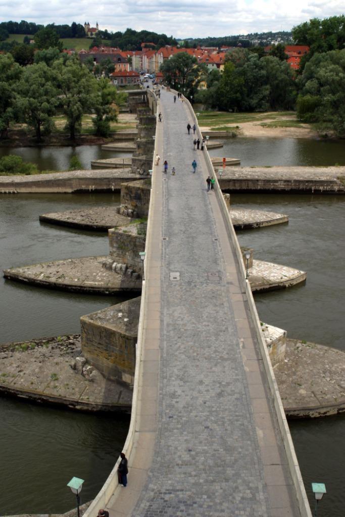 Die Steinerne Brücke stammt aus dem 12. Jahrhundert und war lange Zeit die einzige Brücke in Regensburg.